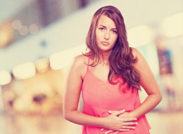 אישה סובלת משלשולים והקאות